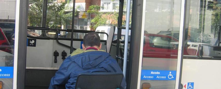 Una persona usuària de cadira de rodes pujant a un autobús