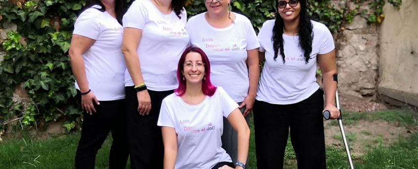 Fotografia de les cinc protagonistes del projecte, amb una samarreta amb el logotip del projecte