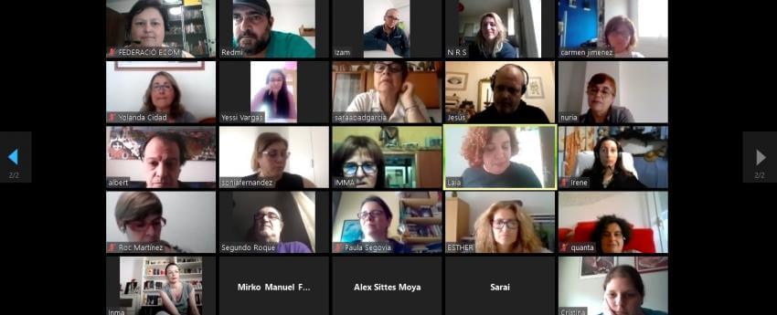 Imagen de la reunión durante el taller de memes.
