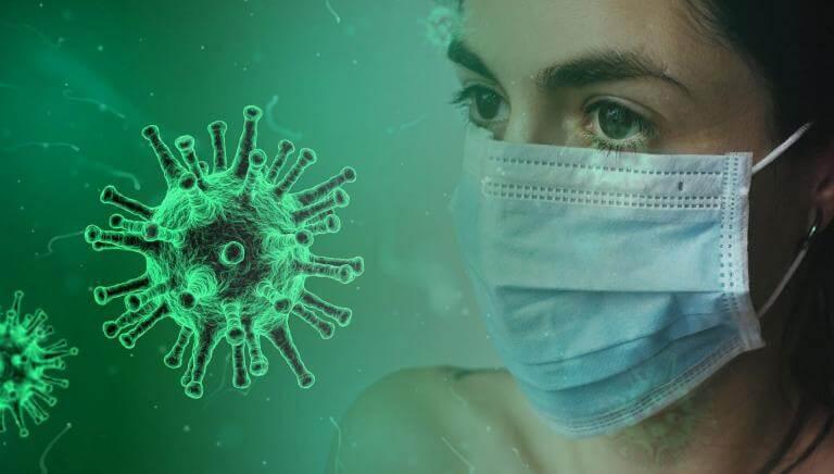 La cara d'una dona amb mascareta al davant d'un coronavirus