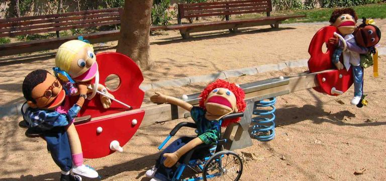 Las marionetas de ECOM dispuestas en una atracción de un parque infantil
