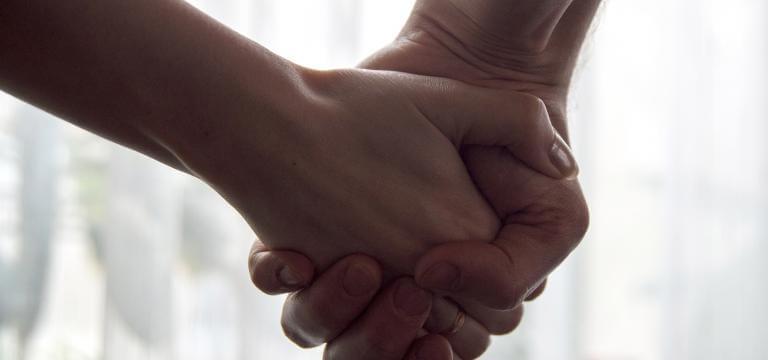 Dues mans entrellaçades