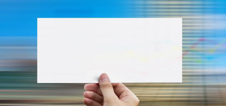 Una mà mostrant una paper en blanc