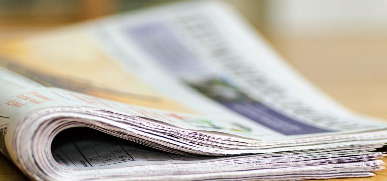 Un diari sobre una taula