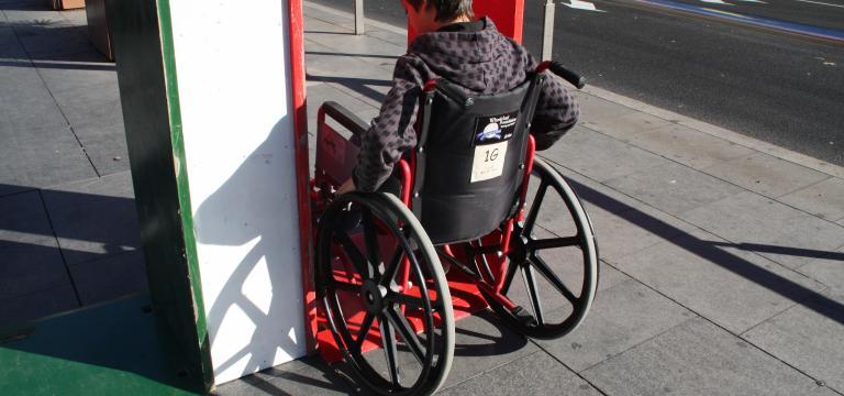Una persona en silla de ruedas realizando una actividad de sensibilización