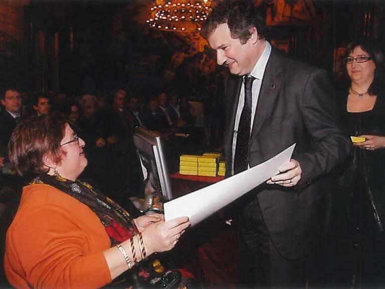 El alcalde de Barcelona, Jordi Hereu entrega un documento a María José, de ECOM