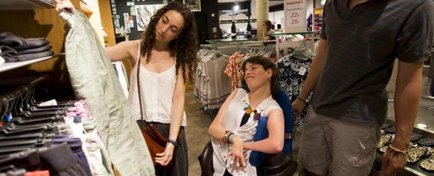 Mujer en una tienda con su asistente/a personal
