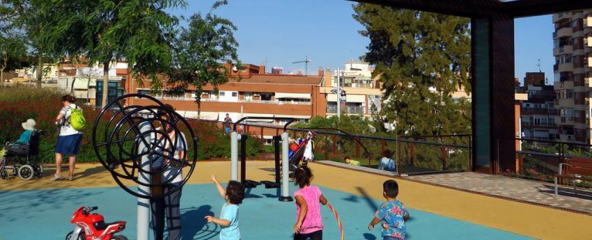 Uns nens petits jugant a un parc infantl
