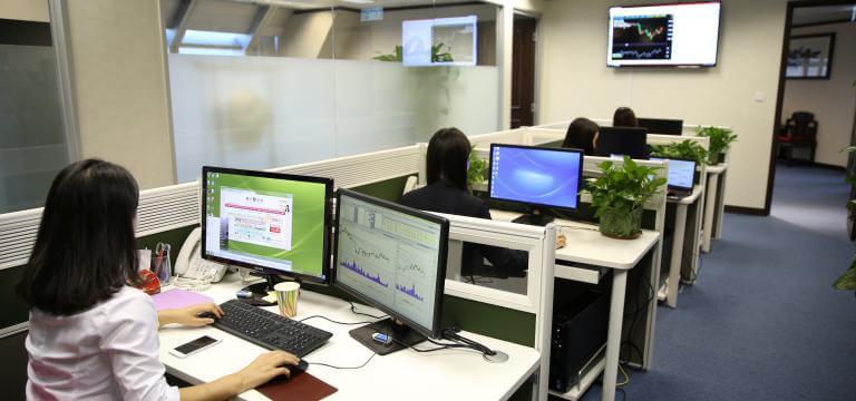 Imagen del despacho de una empresa con varias personas trabajando con ordenadores