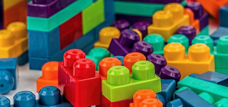 Diversas piezas de lego pendientes de encajar y organizar