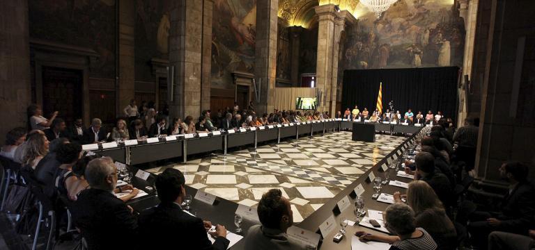 Una sala one està tenint lloc un acte institucional amb la participació de diverses persones