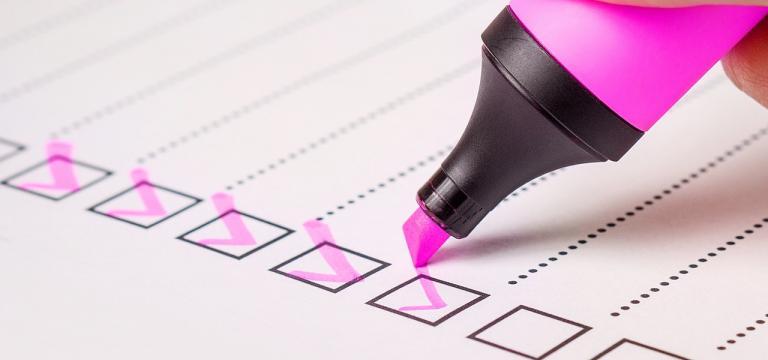 Imagen de un rotulador marcando casillas en un check list