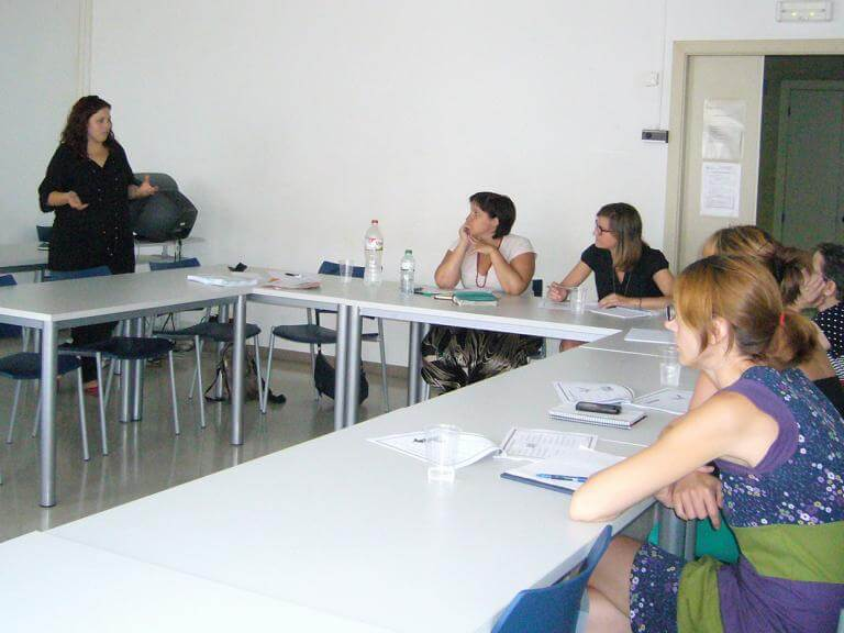 Una aula de formació amb diferents alumnes escoltant la persona que imparteix la formació